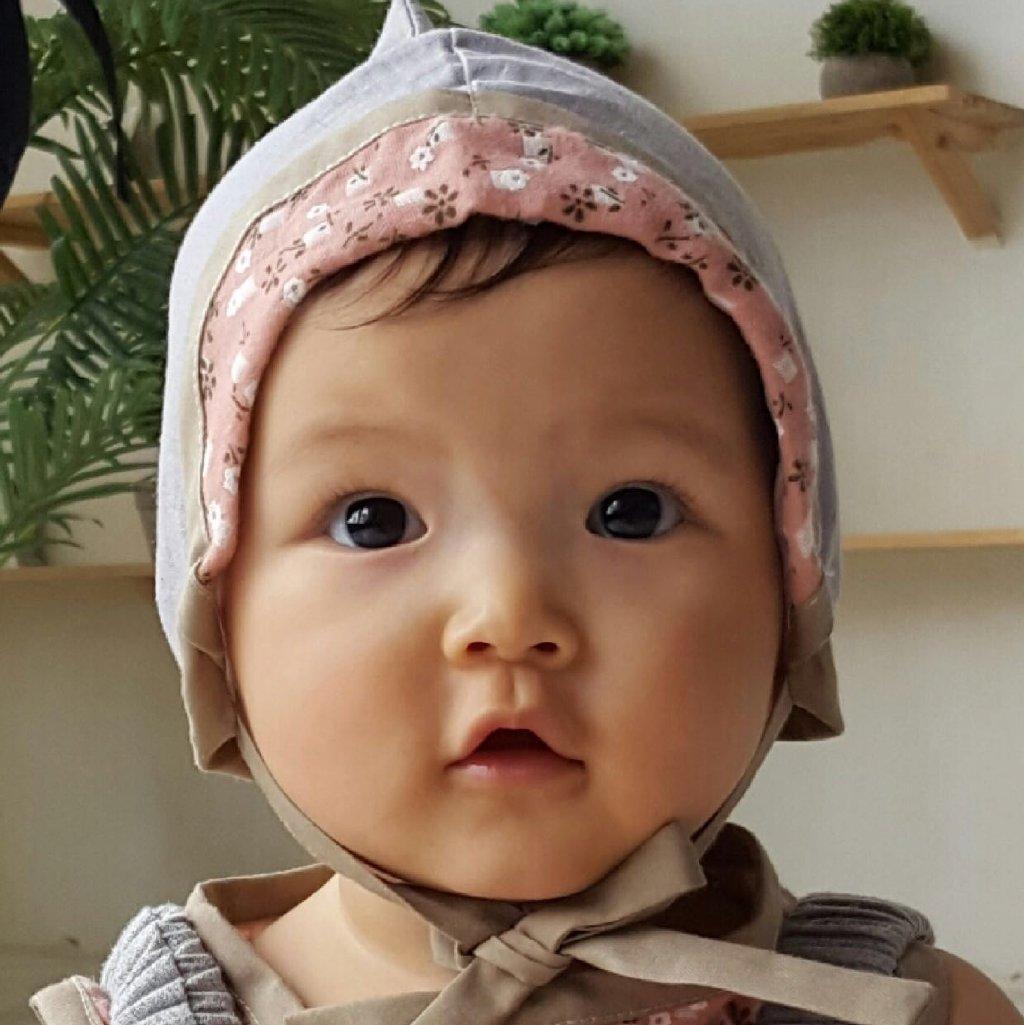 小男孩姓刘,一直由王子文母亲照顾,包括接送幼儿园,去游乐场玩耍等,而