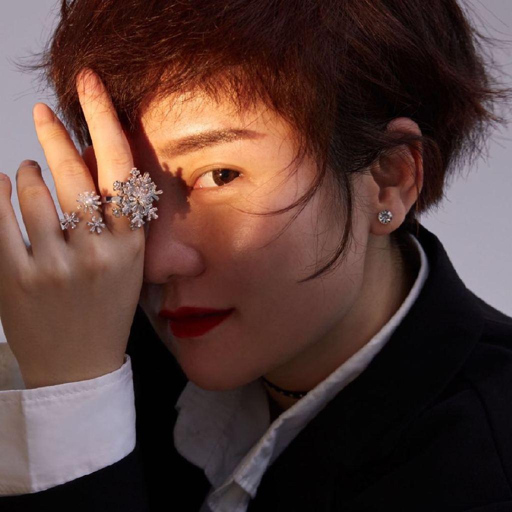 中国风尚十佳化妆造型师,化妆师考评员,国际、国家高级化妆师,国际半永久定妆师,FENG VISION化妆总监,M makeup studio创办人,开设化妆培训!
