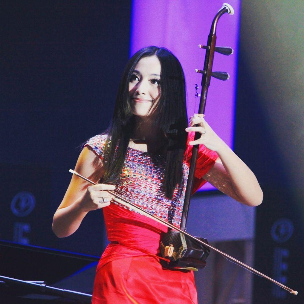 张晔 ZhangYe -中国青年二胡演奏家,国家一级演奏员,东方歌舞团二胡独奏演员及乐团首席。代表作:《弦上精灵》、《枫之舞》、《爱的光》等。