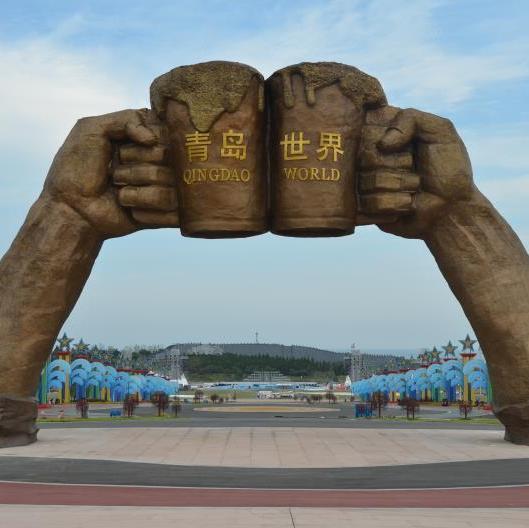 """青岛啤酒节,醉美西海岸。金沙滩啤酒城,是亚洲最大的啤酒主题广场,是青岛国际啤酒节主办地。这里是享誉全球的啤酒盛会,国际啤酒荟萃的盛宴,世界文化交融的舞台。在青岛西海岸新区这座啤酒飘香的啤酒之城,打造""""永不落幕的啤酒节""""。""""青岛,与世界干杯"""",青岛金沙滩啤酒城欢迎您!"""