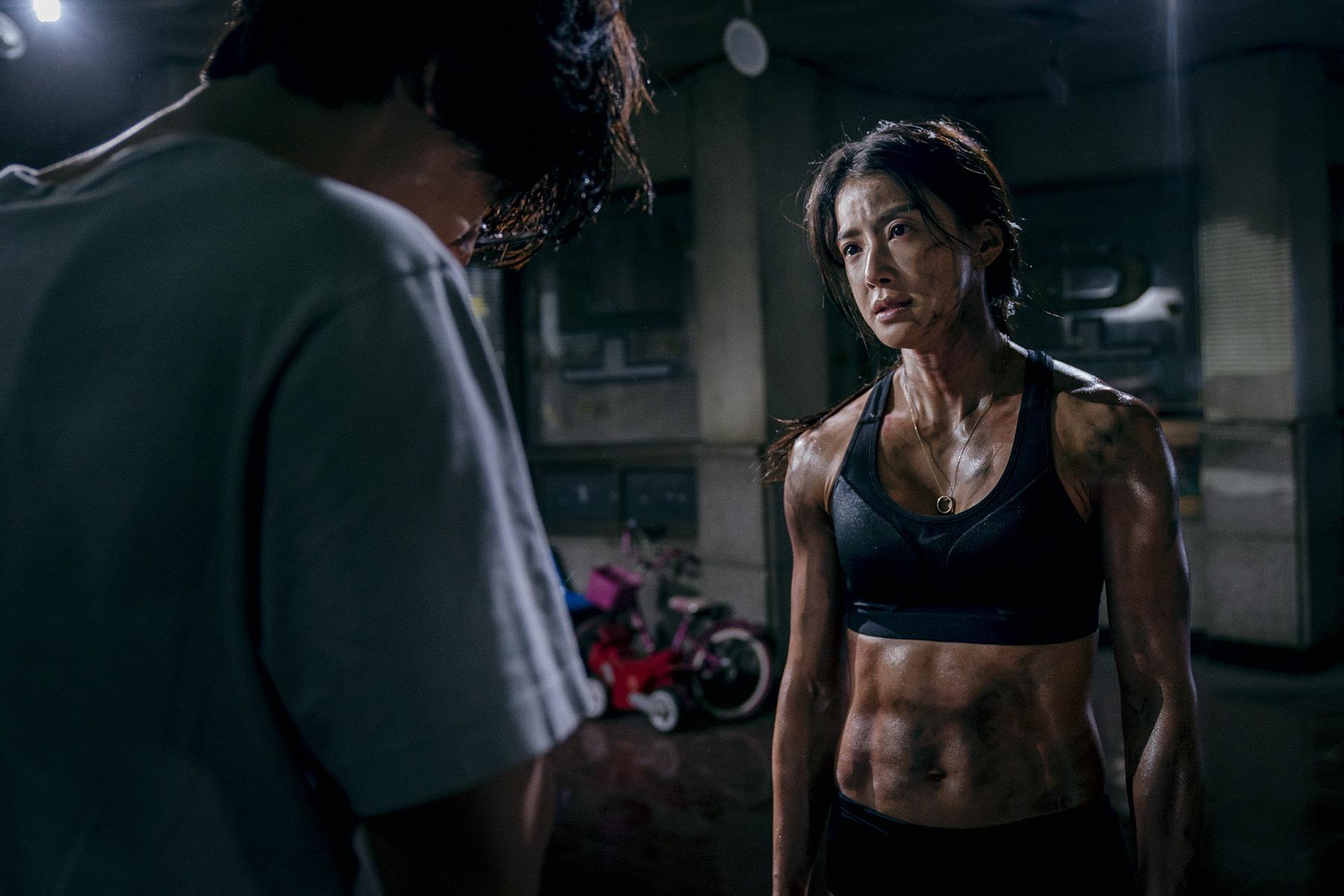 背肌还可以长这样?韩剧《甜蜜家园》演员身材引热议,38岁的她还曾是拳击冠军插图6