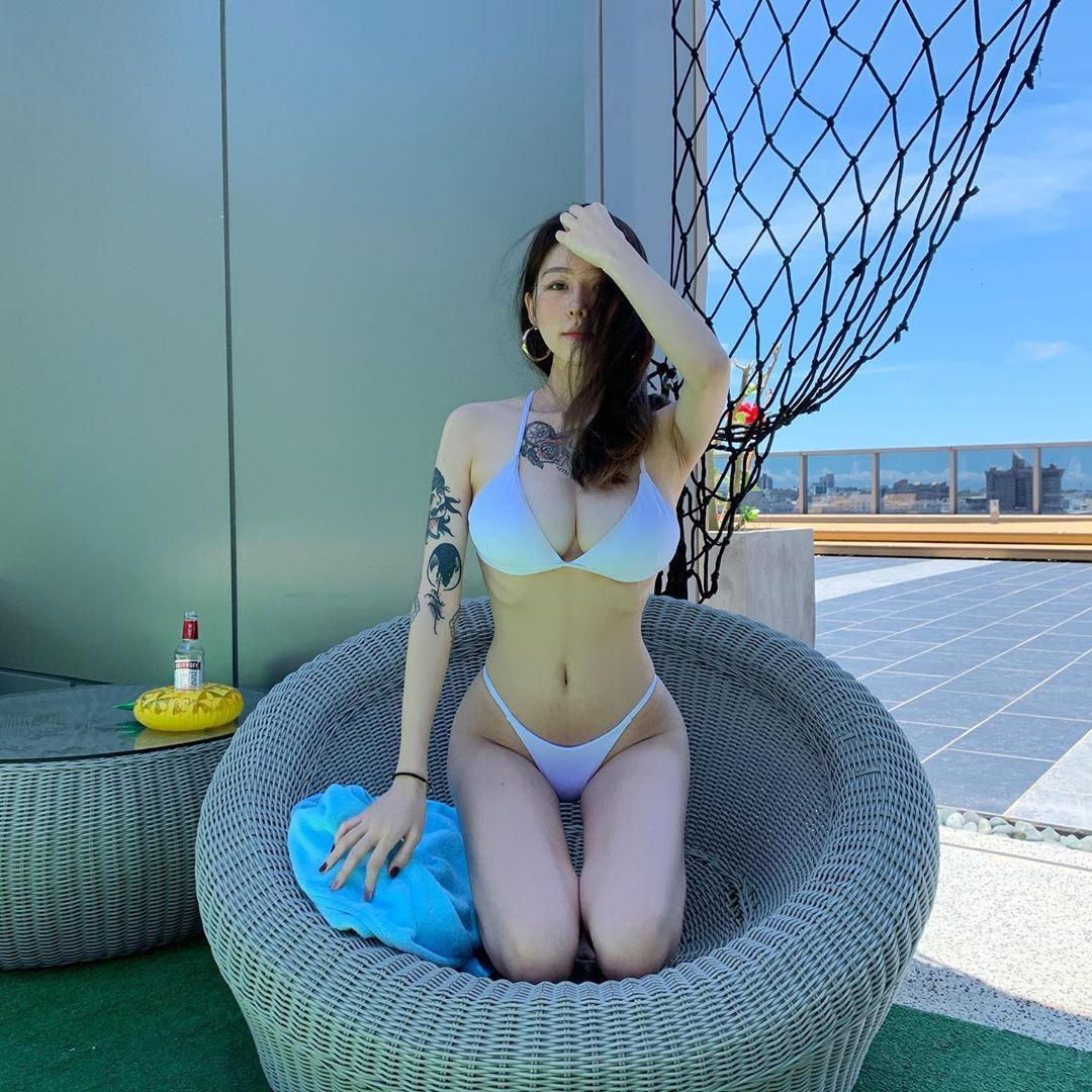刺青大胸美女Joanne完全包不住的美好曲线 养眼图片 第2张