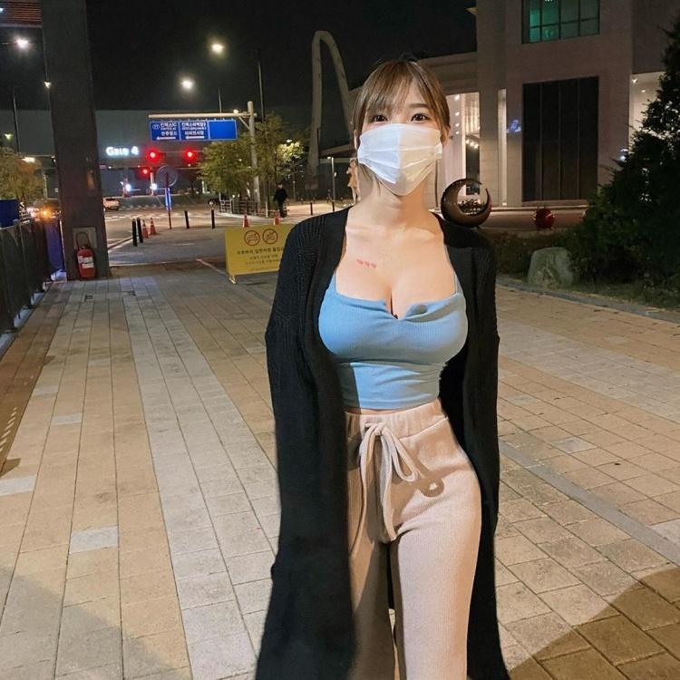 街头超胸口罩妹居家服大解放 微肉身材超诱惑 养眼图片 第1张