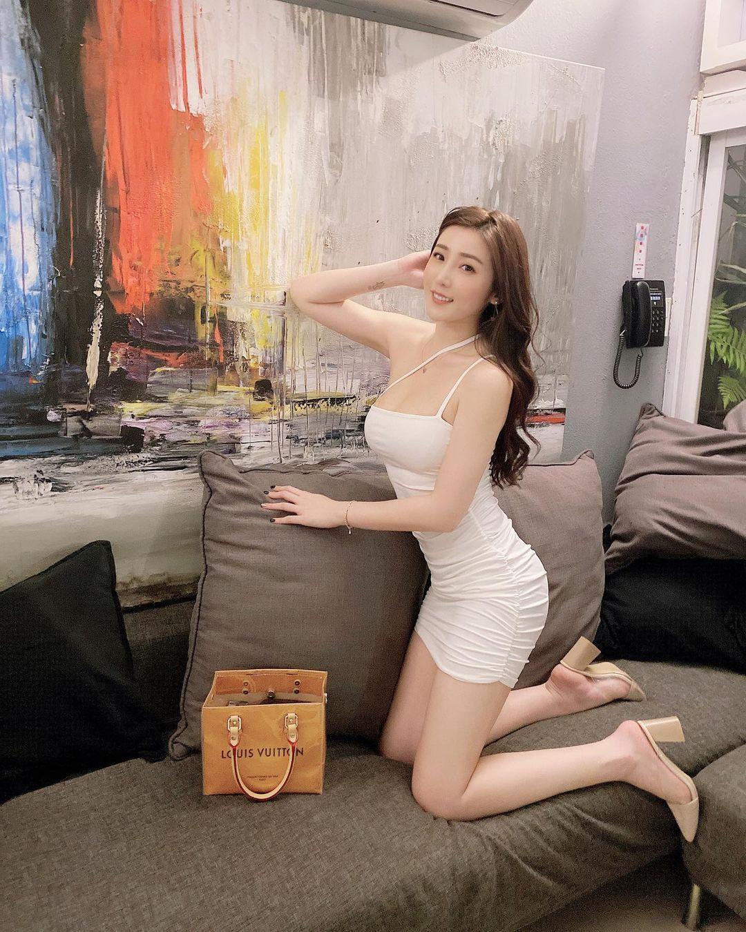 吃货美女许薇安Vivi Hsu丰满上围比拿铁还重 养眼图片 第4张