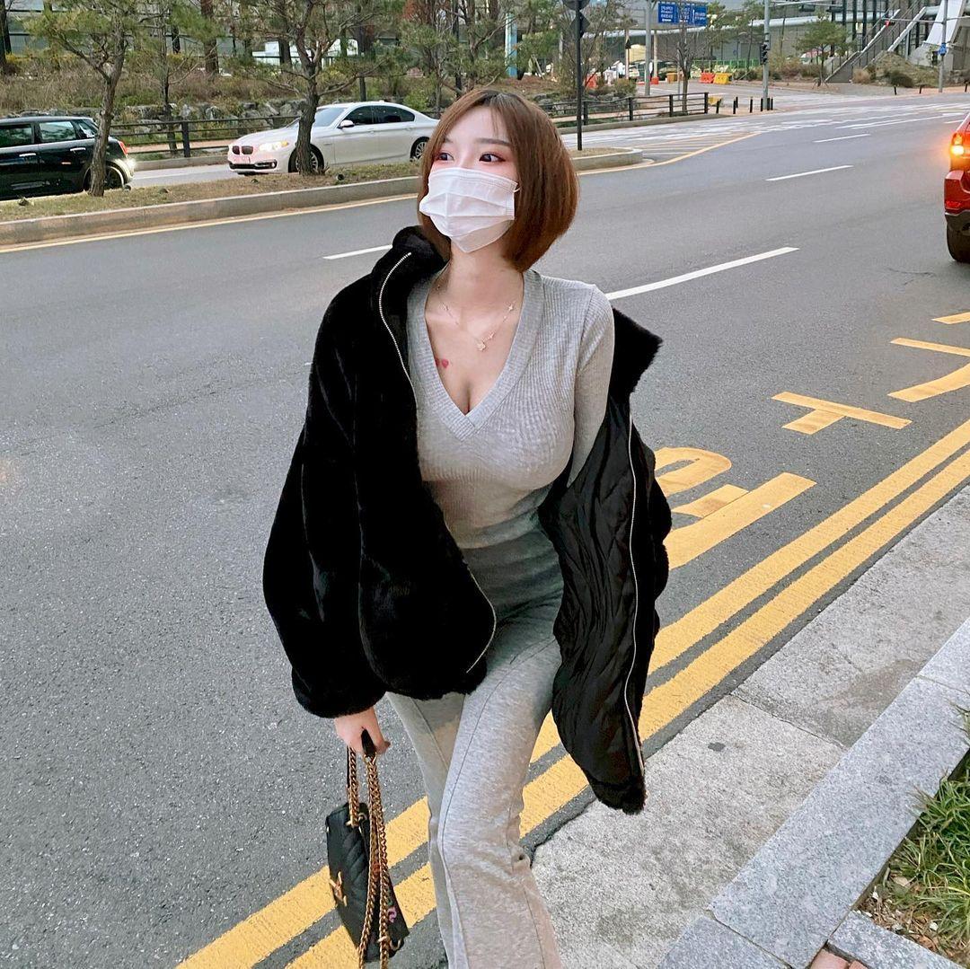 韩国网红Mina 민아穿低胸上衣双峰呼之欲出 美图 热图3