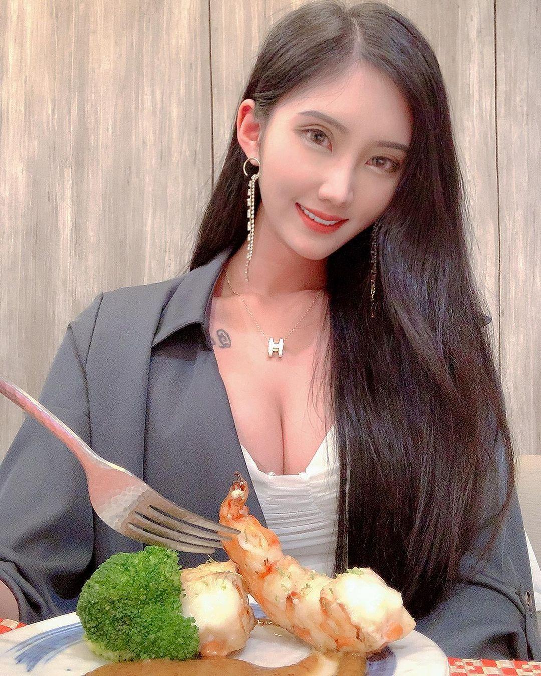 妹子Queenta伊儿吃海鲜胸前超丰满车灯让人胃口大开 网络美女 第3张