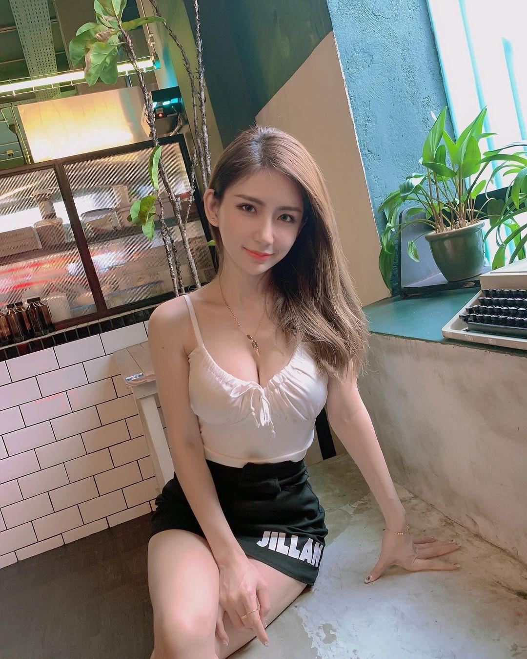 马来西亚气质美女火辣曲线实在诱人呀