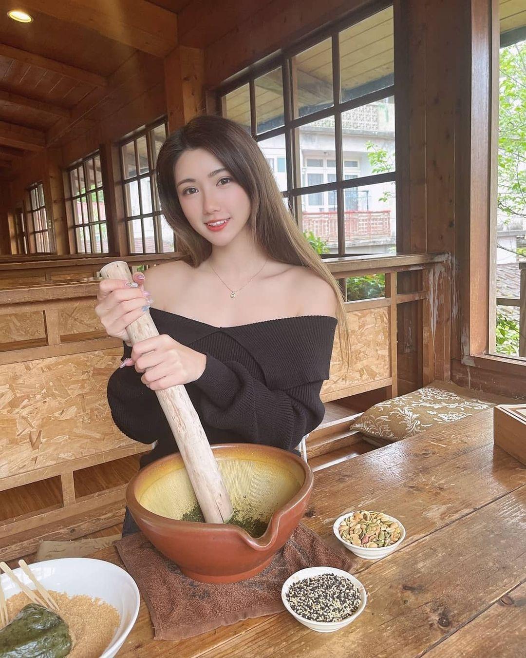「气质正妹」客家擂茶体验,一字领秀「白嫩香肩」!