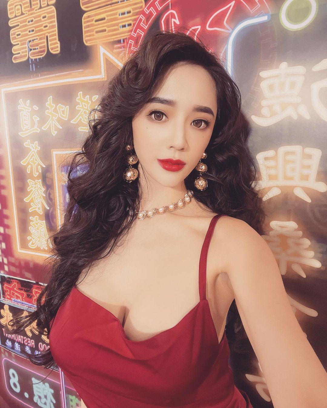 人气美女Zihan Weng子涵港风造型超美艳低胸礼服