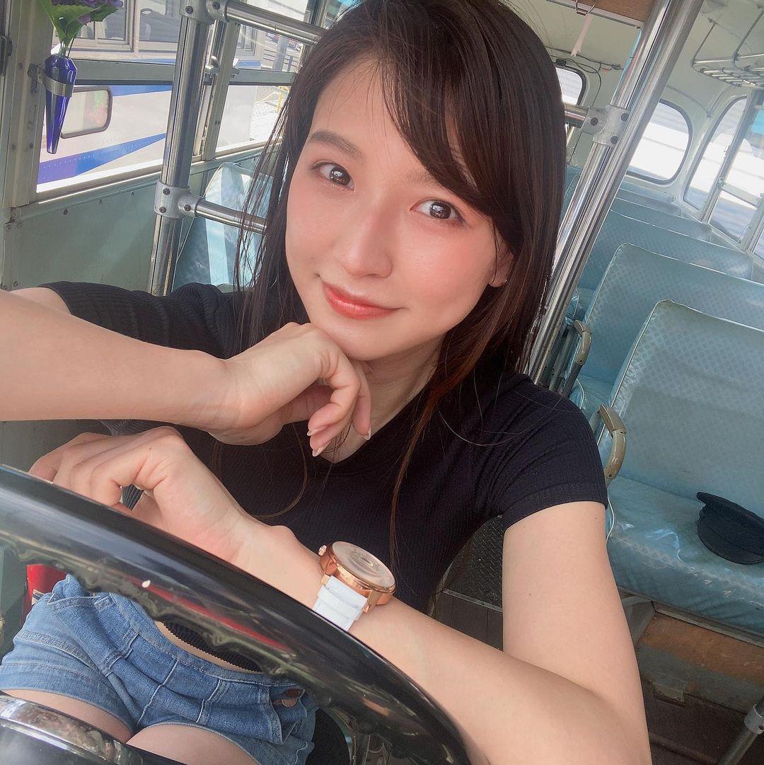 大卡车驾驶あいみ亲自开巴士载粉丝老司机们这次真的得上车了 养眼图片 第3张