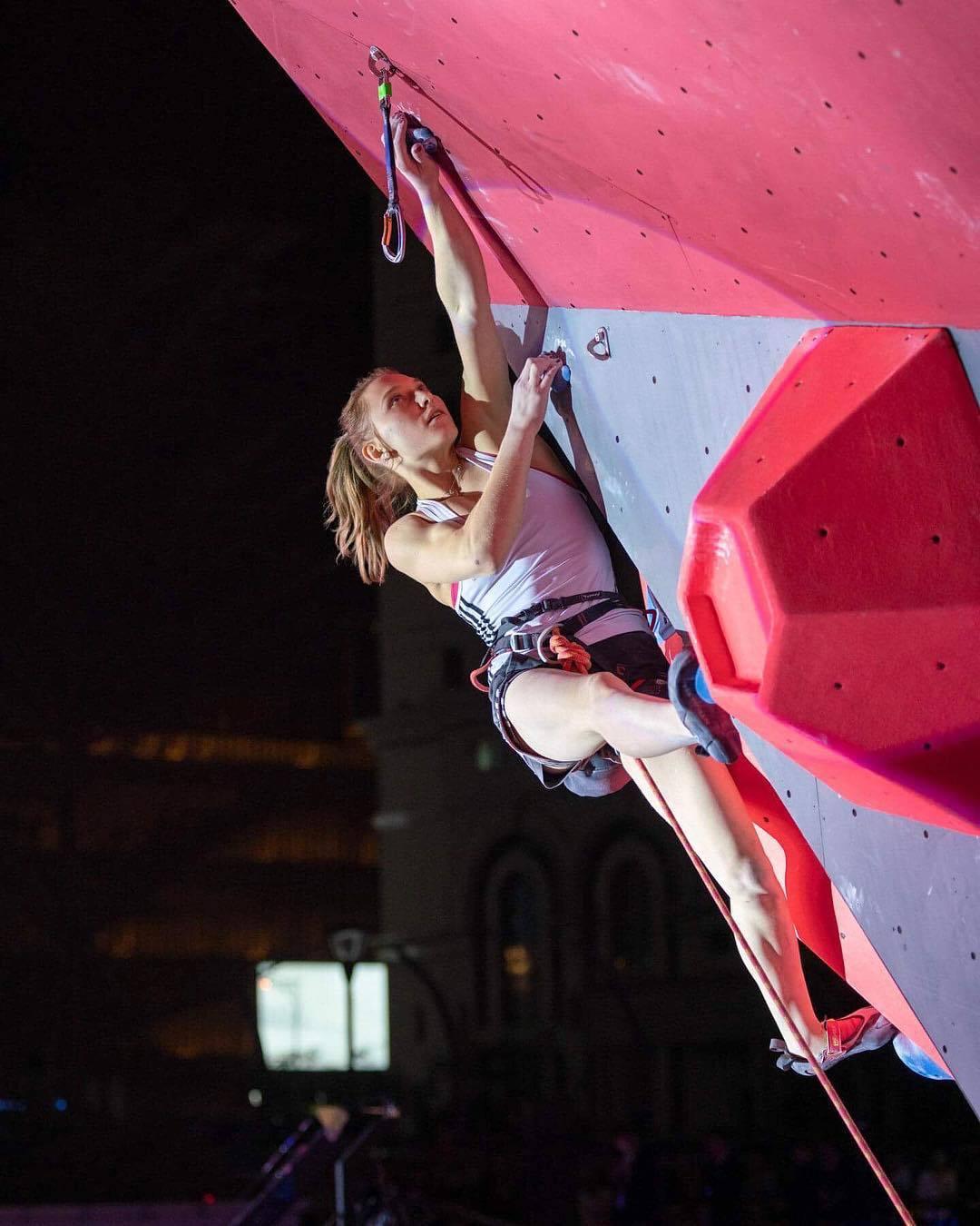 [东奥正妹] 攀岩正妹选手甜美笑容下轻功了得 飞檐走壁身手矫健 养眼图片 第3张