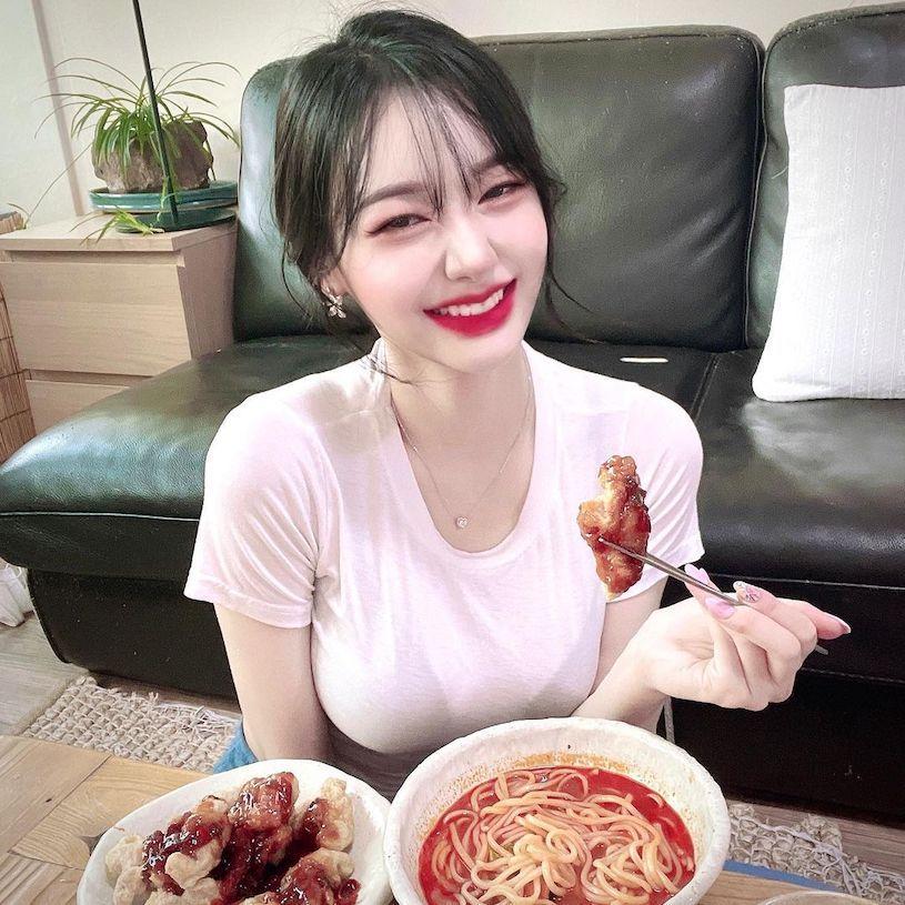 美图精选&白皙正妹用餐时「爆表」,「火辣的曲线」让人好想认识!-兔子社