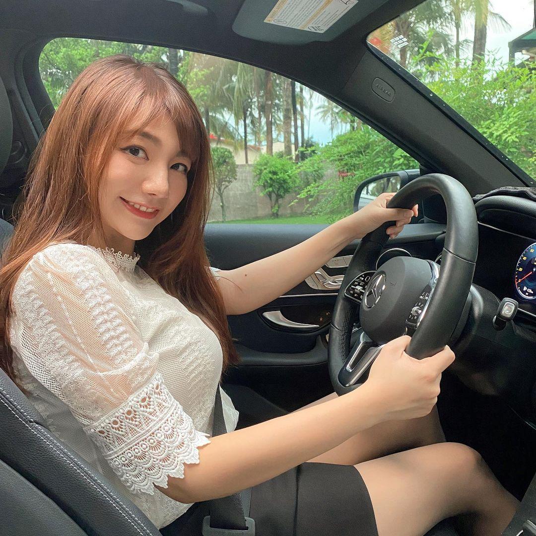 女司机Yukina优熙黑窄裙开车秀美腿,还自备安全气囊 养眼图片 第3张