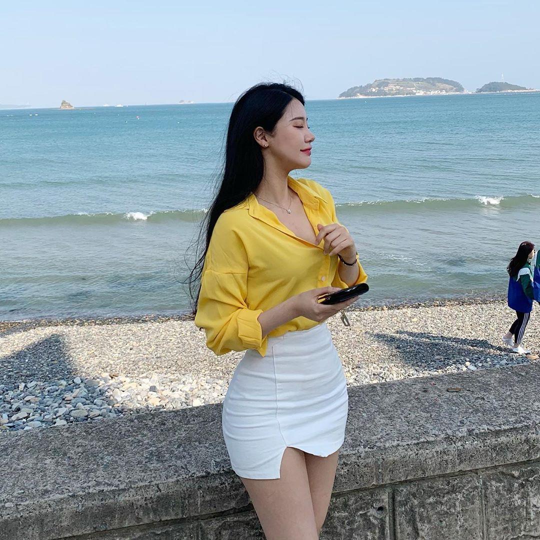 [韩国]韩国天菜级辣姊姊坐在路边咖啡座上看风景时的迷人模样顺便撩倒一票网友〜여진 养眼图片 第20张