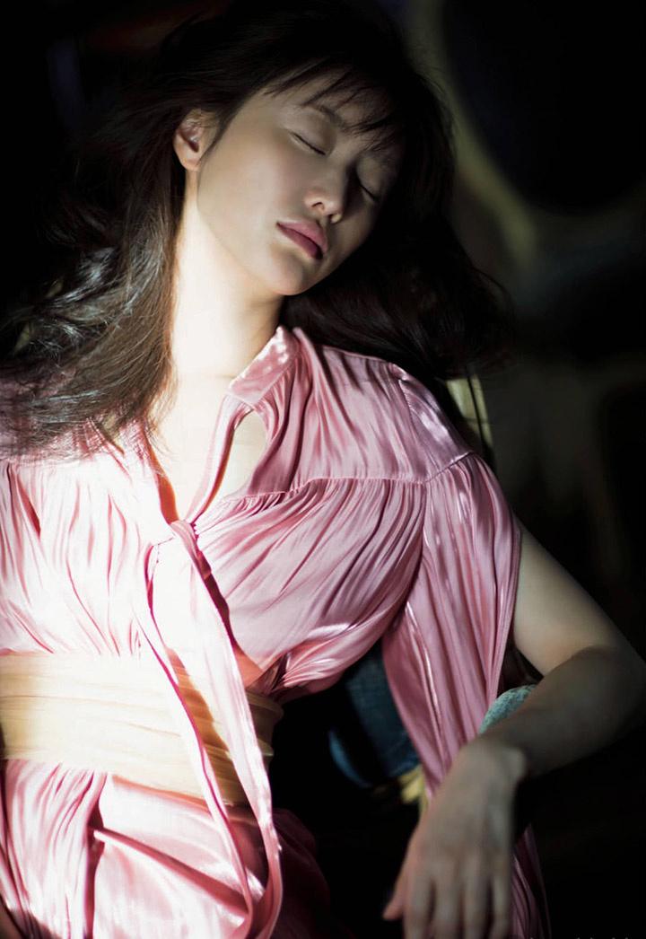 精致美魔女松本真理香为了完美写真作品而死磕自己导致血糖低而滑倒 (37)