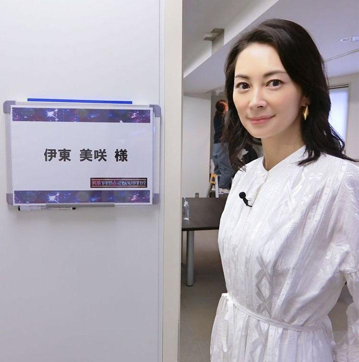 嫁入豪门的不老女神伊东美咲间隔12年之后再次回到大家的视线中 (1)