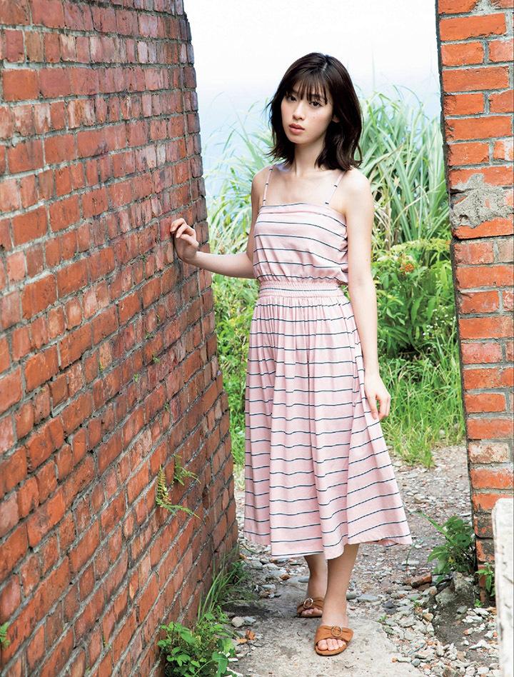 甜美怡人疗愈气息十足的纯爱系演员白石圣用自己强大的空灵气场来拍摄写真作品 (8)