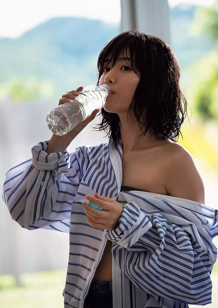 甜美怡人疗愈气息十足的纯爱系演员白石圣用自己强大的空灵气场来拍摄写真作品 (27)