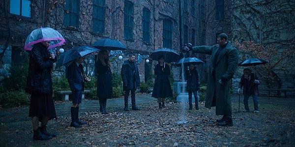 美剧《雨伞学院》维持尺度的荒诞感反应了超能力者毁灭世界? (2)