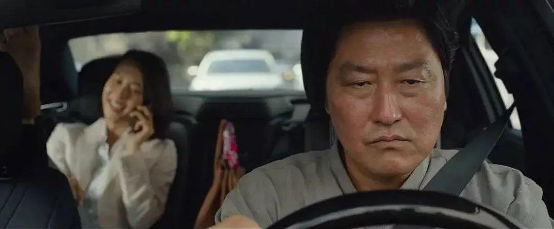韩国电影《寄生虫》谎言说多了便会迷失自己,且会因此而失去原本就岌岌可危的尊严 (15)