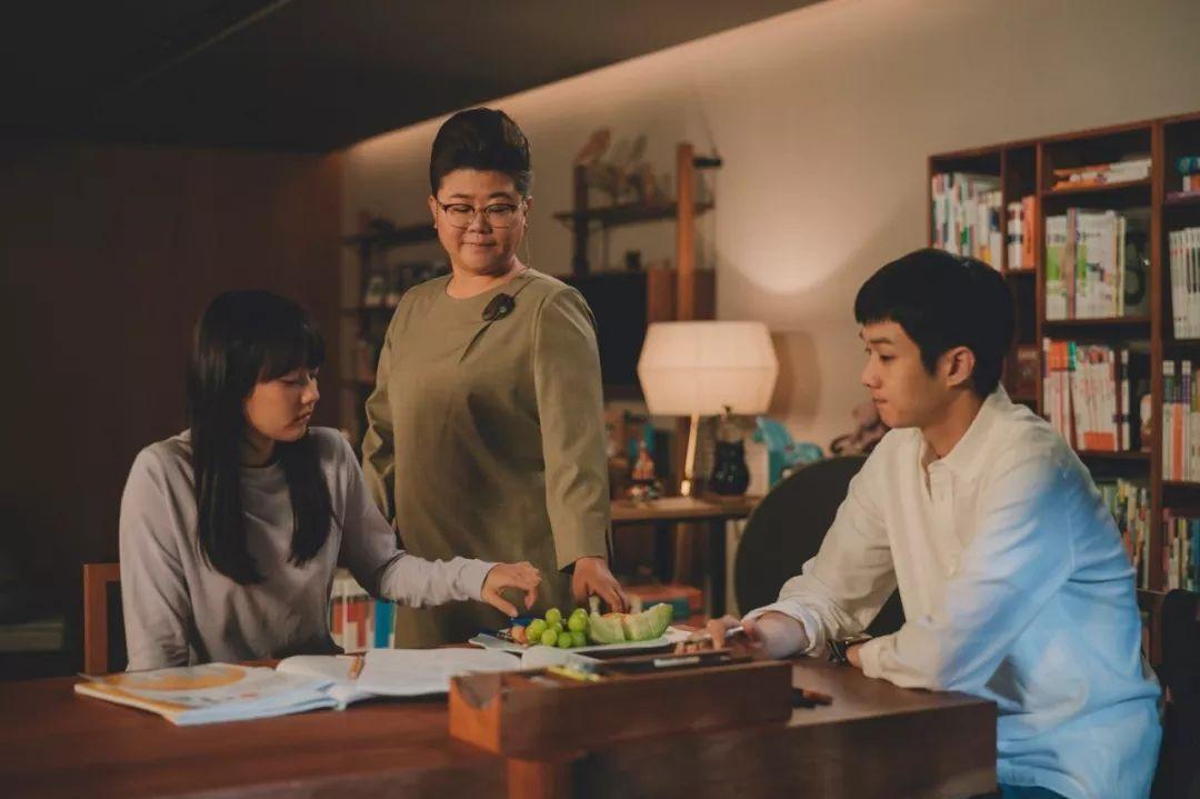 韩国电影《寄生虫》谎言说多了便会迷失自己,且会因此而失去原本就岌岌可危的尊严 (20)