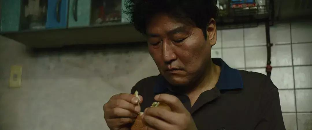 韩国电影《寄生虫》谎言说多了便会迷失自己,且会因此而失去原本就岌岌可危的尊严 (1)