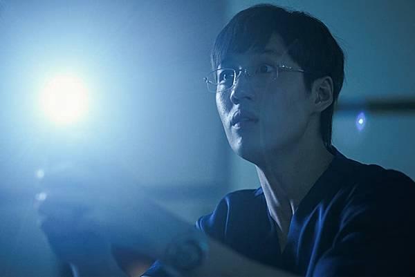 恐怖电影《鬼肢解》啼笑皆非的想要以科学实验的态度来验证鬼魂存在 (3)